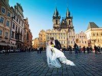 Молодожёны на свадьбе в Праге