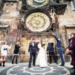 Фото свадьбы под часами в Праге