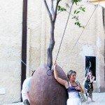 Скульптура с живым деревом